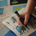 Maria de aquarelas, pincéis e canetas